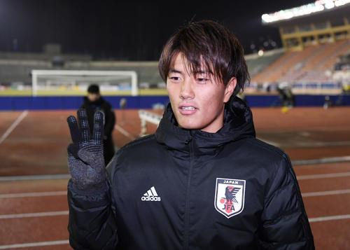 ハットトリックを達成した小川は、試合終了後に3本指を立ててポーズをとる(撮影・加藤諒)