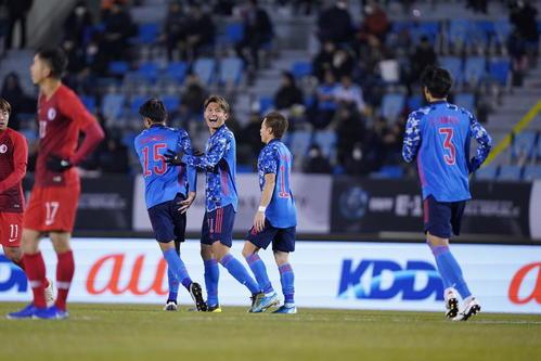 日本対香港 前半、コーナーキックからチーム2点目のゴールを決めた田川亨介(右から3人目)は笑顔を見せる(撮影・加藤諒)