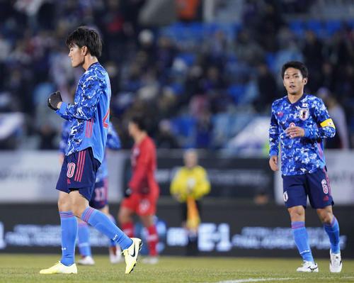 日本対香港 前半、ゴールを決めてガッツポーズする小川(左)(撮影・加藤諒)