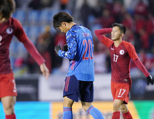 東アジアE-1選手権 日本対香港 前半、小川はチーム4点目のゴールを決めてガッツポーズ(撮影・加藤諒)