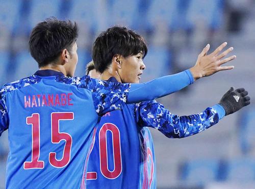 東アジアE-1選手権 日本対香港 前半、小川(左から2人目)はチーム4点目のゴールを決めて笑顔を見せる(撮影・加藤諒)