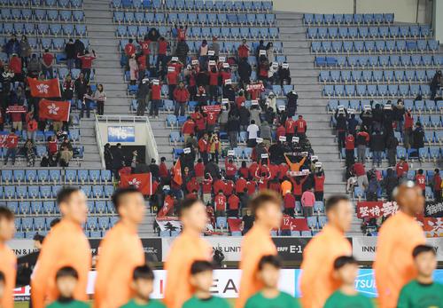 日本対香港 試合開始前、中国の国歌がスタジアムに流れると、香港サポーターが背を向けてブーイングをした(撮影・加藤諒)