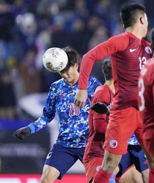 東アジアE-1選手権 日本対香港 後半、チーム5点目となるヘディングシュートを決め、ハットトリックを達成する小川(撮影・加藤諒)