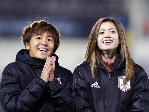 中国に勝利し、笑顔でサポーターにあいさつする岩渕(左)と長谷川(撮影・加藤諒)