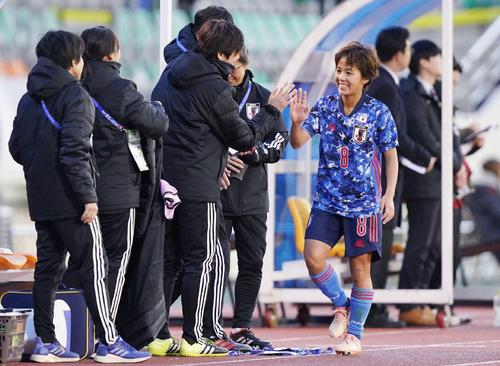 東アジアE-1選手権 中国対日本 後半、ハットトリックを達成した岩渕(右)は田中と交代でベンチに下がり、コーチ陣にハイタッチで迎えられる(撮影・加藤諒)