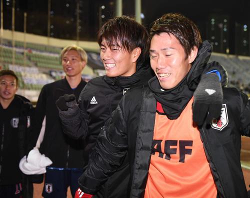 東アジアE-1選手権 日本対香港 香港に勝利し、ピッチを後にする日本代表の、右から遠藤、小川、畠中、仲川(撮影・加藤諒)