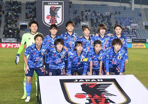 東アジアE-1選手権 韓国対日本 試合開始前、集合写真を撮影するなでしこジャパン(撮影・加藤諒)