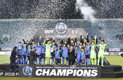 韓国を破って優勝を決め、表彰式で喜びを爆発させるなでしこジャパン(撮影・加藤諒)