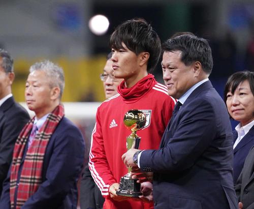 東アジアE-1選手権で得点王に輝き、表彰式でJFAの田嶋会長(右)からトロフィーを受け取る小川(撮影・加藤諒)
