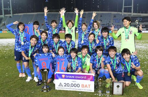 昨年12月の東アジアE-1選手権で優勝し笑顔のなでしこジャパン。後列左から2人目がDF三宅