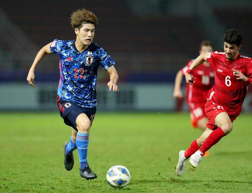 U-23日本対U-23シリア 前半、ドリブルをする橋岡(撮影・前田充)