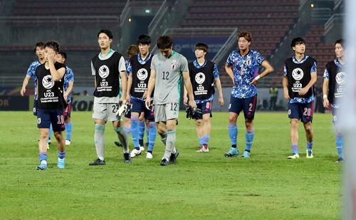 シリアに敗れ1次リーグ敗退が決まり、うつむきながらサポーターのもとへあいさつに向かう日本イレブン