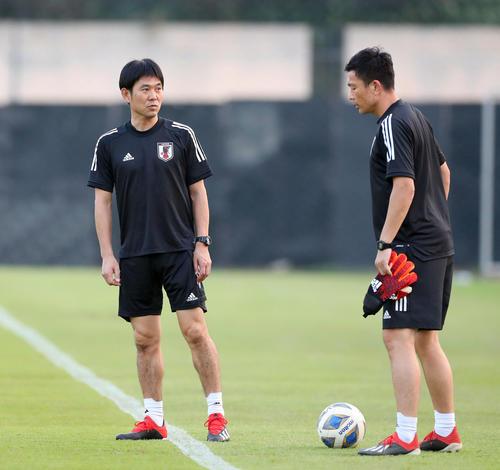 練習前、下田GKコーチ(右)と話し込む森保監督(撮影・前田充)