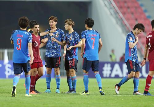 U-23日本対U-23カタール 前半、田中碧(右)のレッドカードを受けての退場に抗議するイレブン(撮影・前田充)