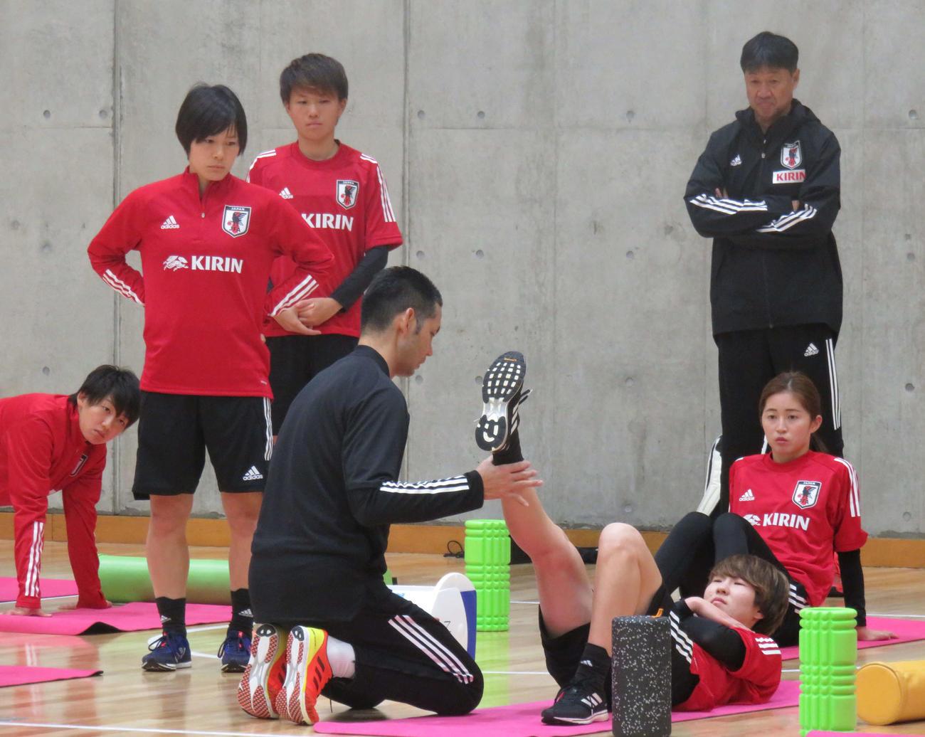 室内トレーニングを行う、なでしこジャパンの選手たち(撮影・松尾幸之介)