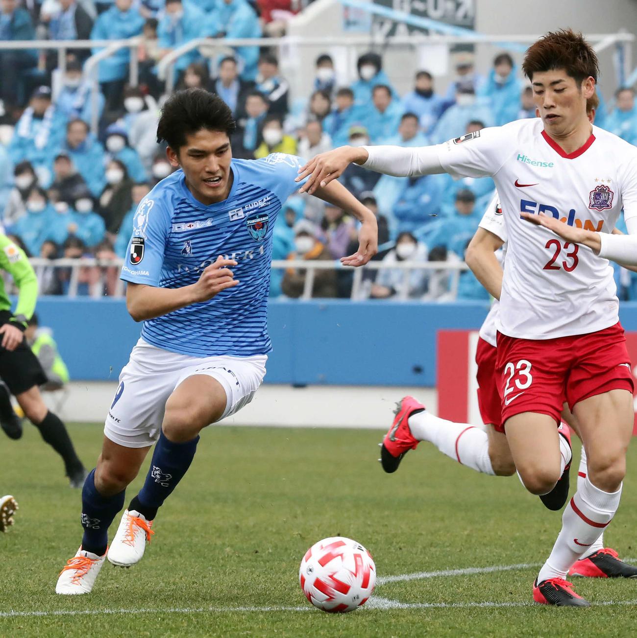 16日、ルヴァン杯の広島戦でボールを競り合う一美(左)