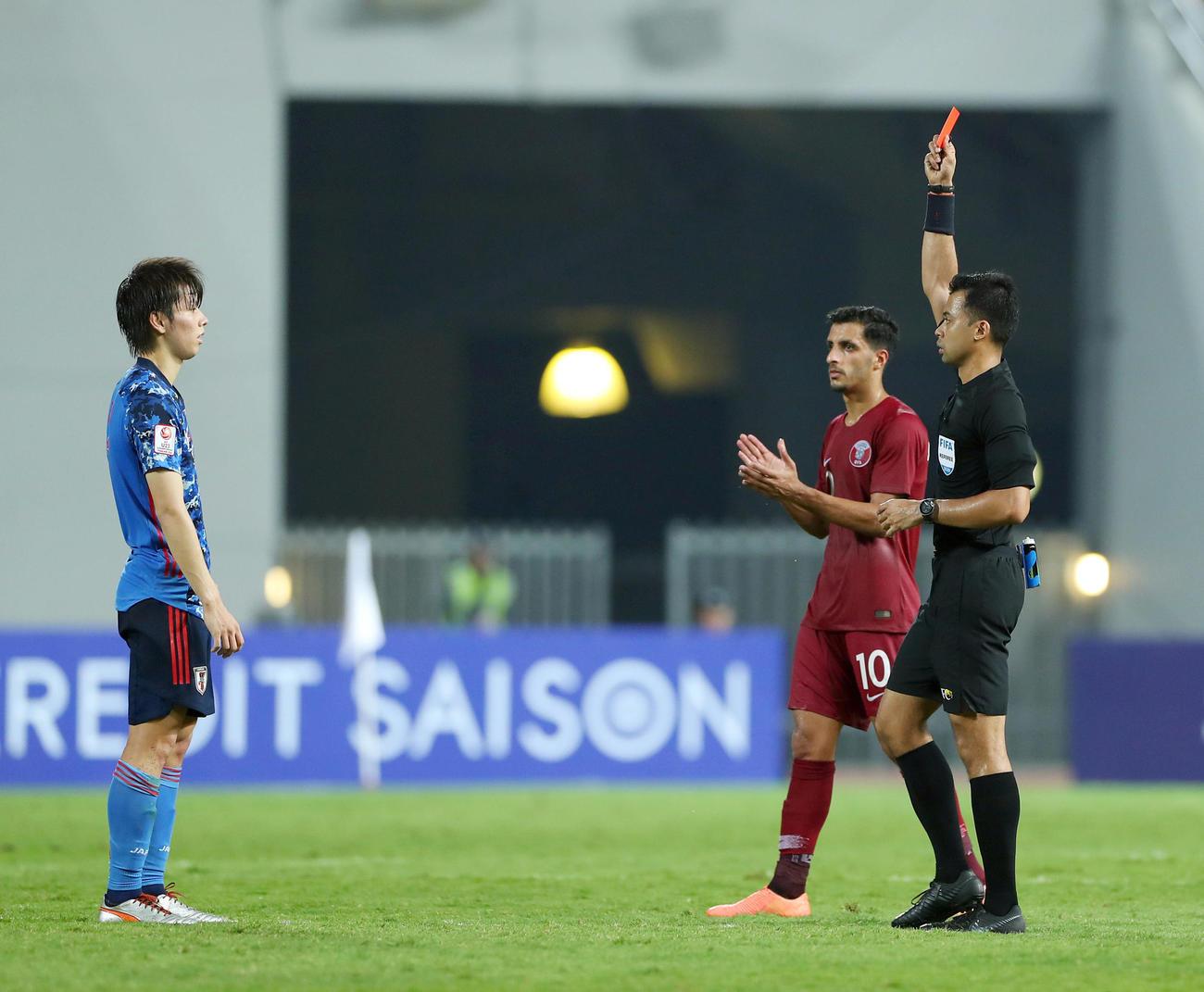 U-23日本対U-23カタール 前半、田中碧(左)はレッドカードを受けて退場する(20年1月15日撮影)