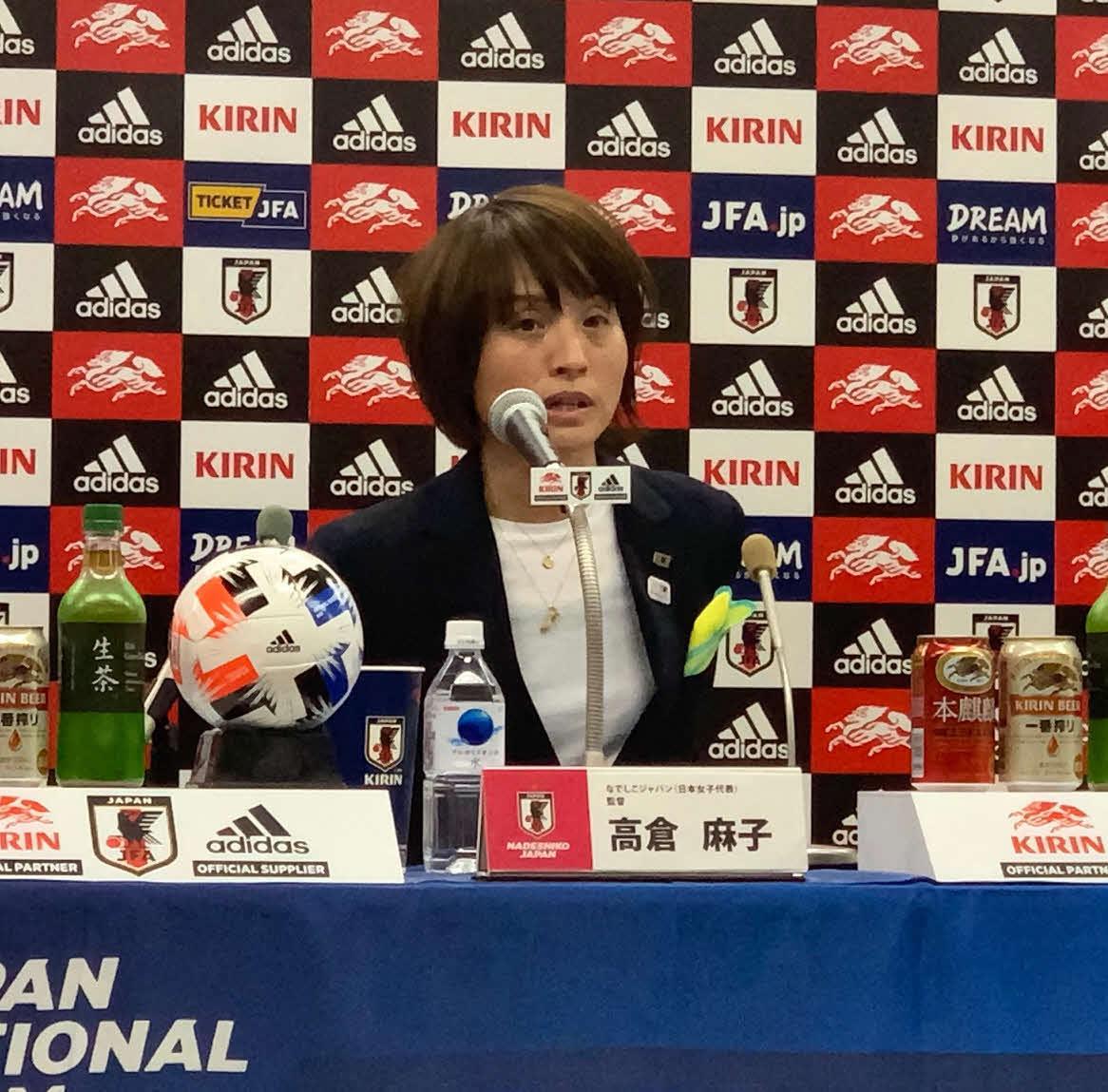 シービリーブス杯に臨むメンバーを発表した、なでしこジャパンの高倉監督(撮影・松尾幸之介)