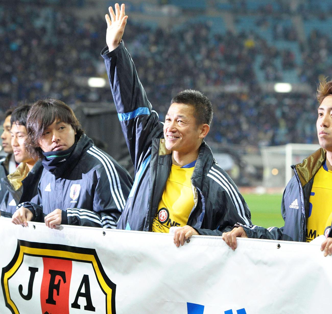 東日本大震災復興支援チャリティーマッチ終了後サポーターの声援に応えるカズ(三浦知良)(2011年3月29日撮影)
