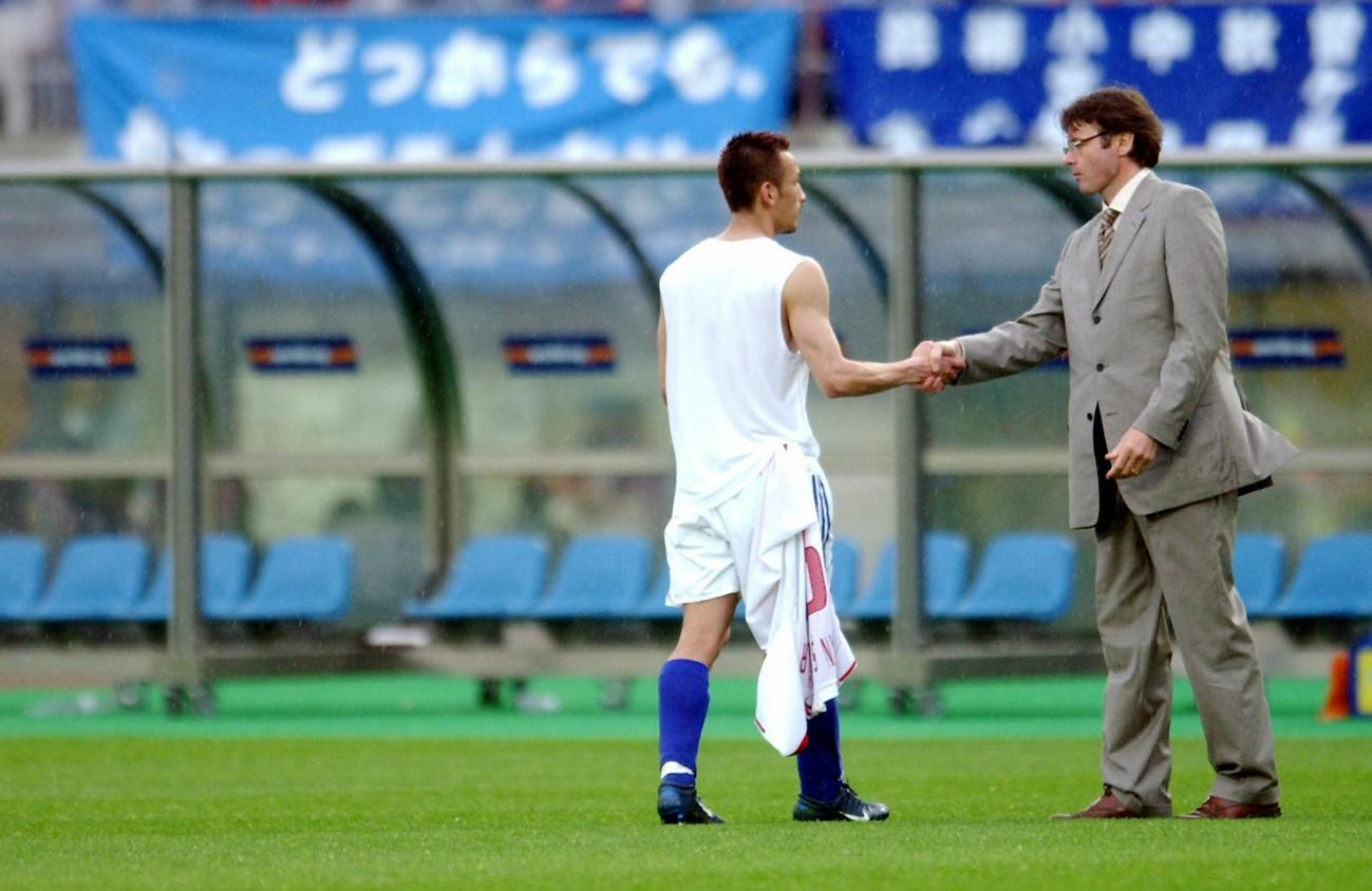 W杯韓国・日本大会 決勝トーナメント1回戦 日本対トルコ 試合終了後、握手を交わす中田英寿とフィリップ・トルシエ監督(2002年6月18日撮影)