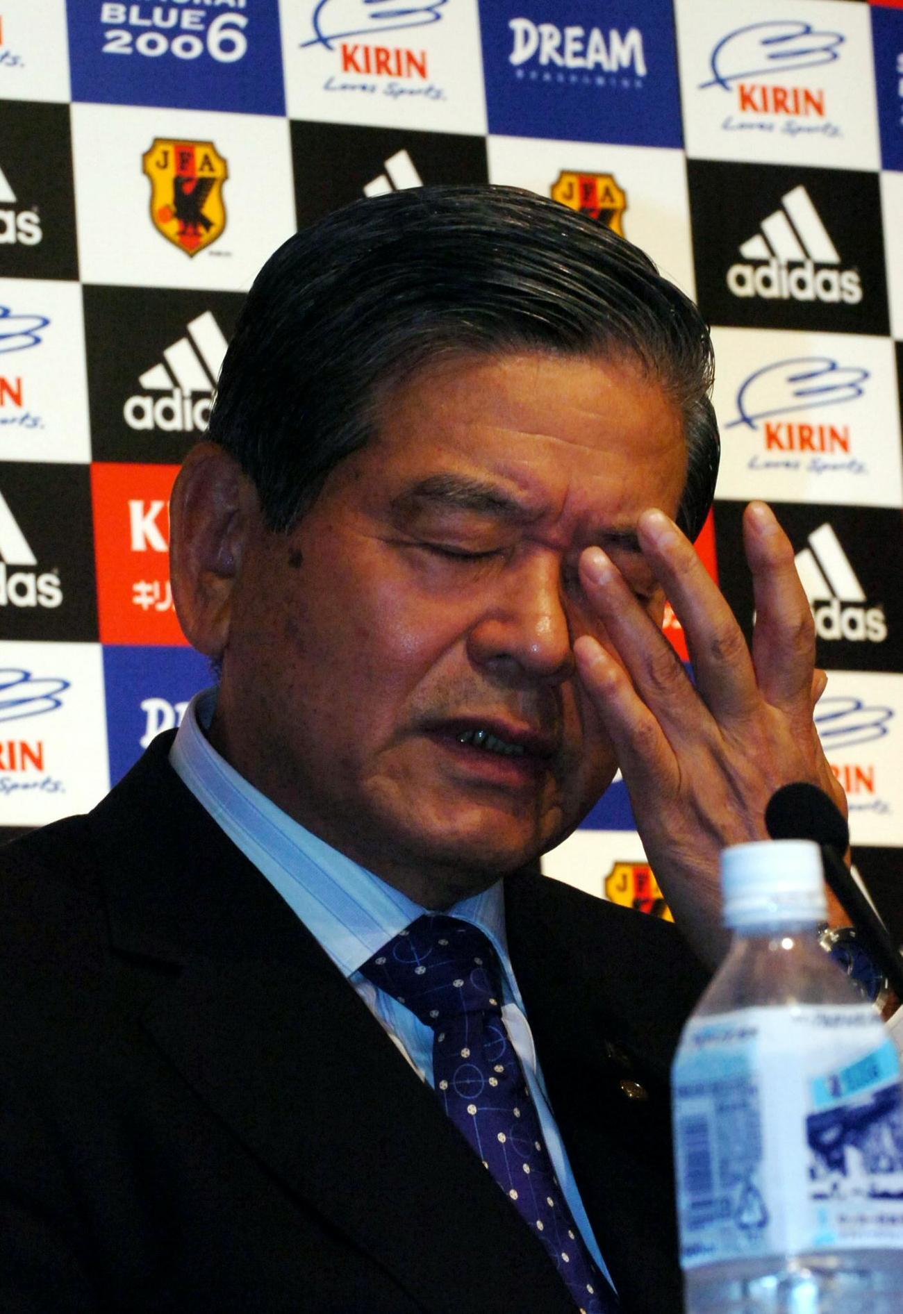06年6月24日、会見で「オシム監督…」と次監督候補をしゃべってしまった川淵三郎会長は思わぬ失言に頭をかかえた