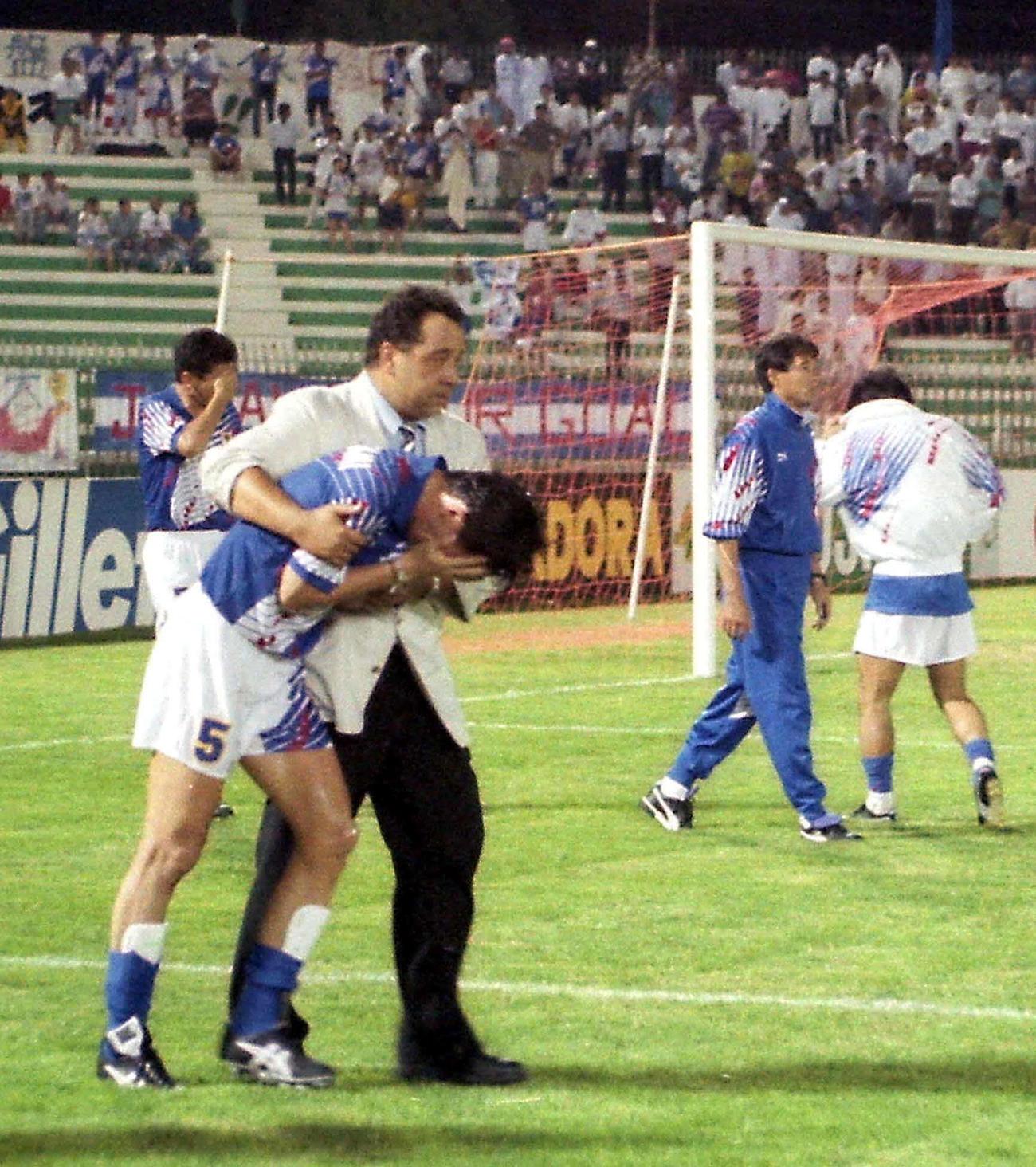 93年10月28日、イラクと引き分けに終わりW杯予選敗退、泣き崩れる柱谷哲二を抱きかかえるハンス・オフト監督