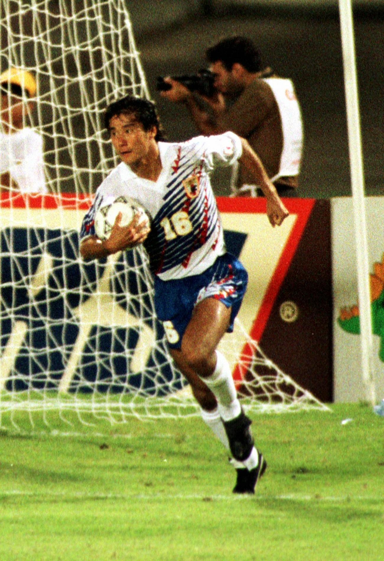 イラン対日本 後半43分、一矢を報いるゴールを決めた中山雅史はチームメートを鼓舞しながらゴールネットの中のボールを抱え急いでセンターサークルに戻る(1993年10月18日撮影)