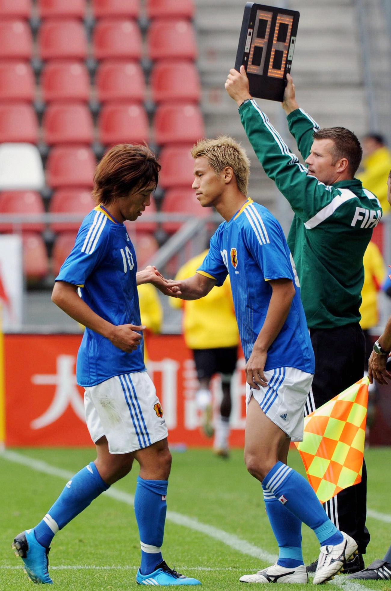 親善試合 日本対ガーナ 後半25分、中村俊輔(左)に代わってピッチに入る本田圭佑(2009年9月9日撮影)
