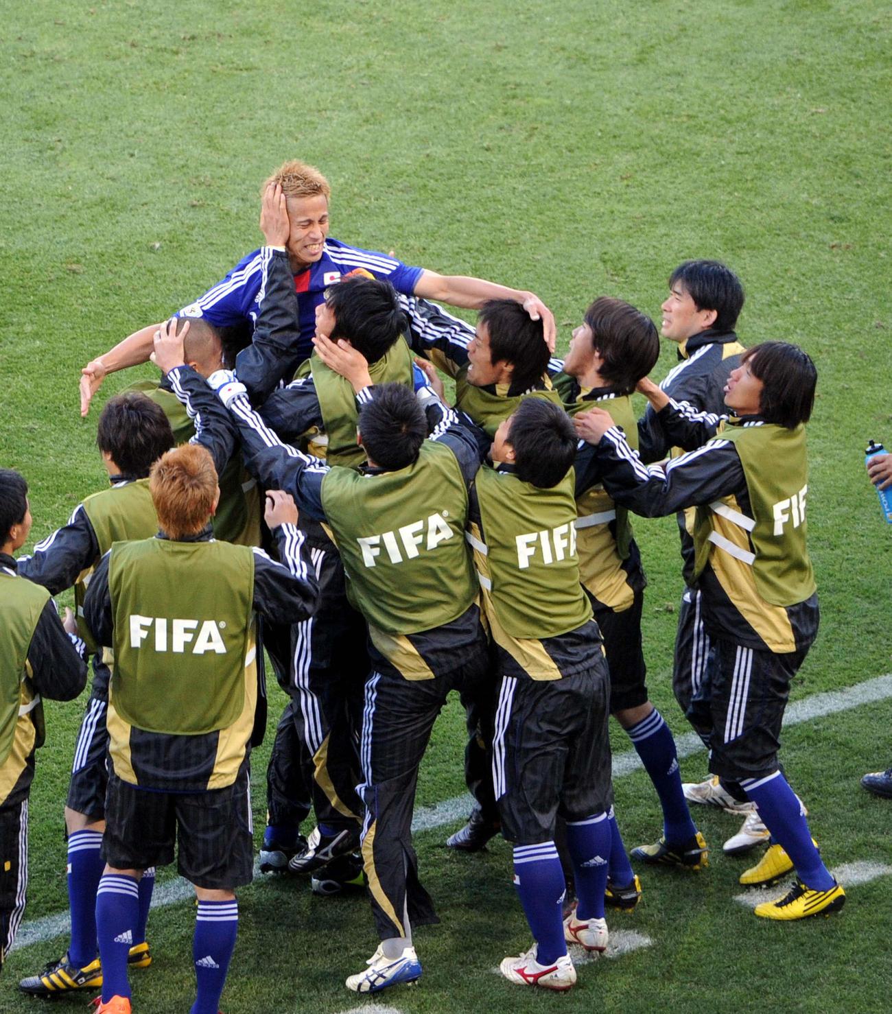 10年6月、W杯南アフリカ大会1次リーグのカメルーン戦の前半39分、先制ゴールを決めイレブンに抱きついて喜ぶ本田