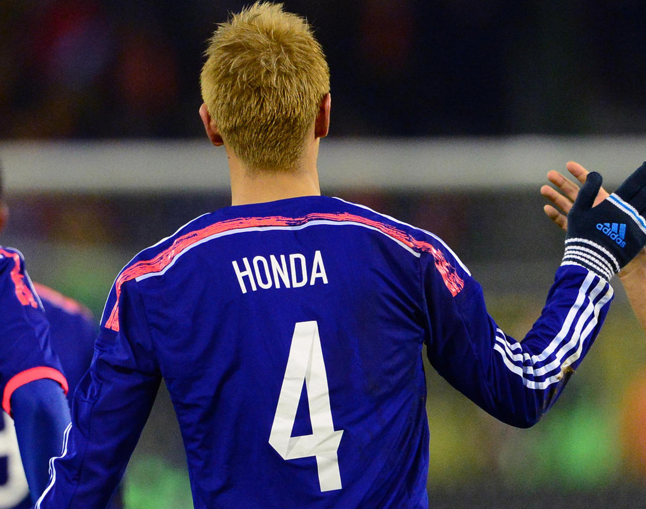 日本代表で背番号4を背負った本田圭佑(13年11月撮影)