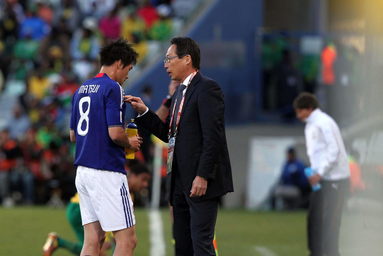 日本対カメルーン MF松井大輔(左)にアドバイスする岡田武史監督=2010年6月14日