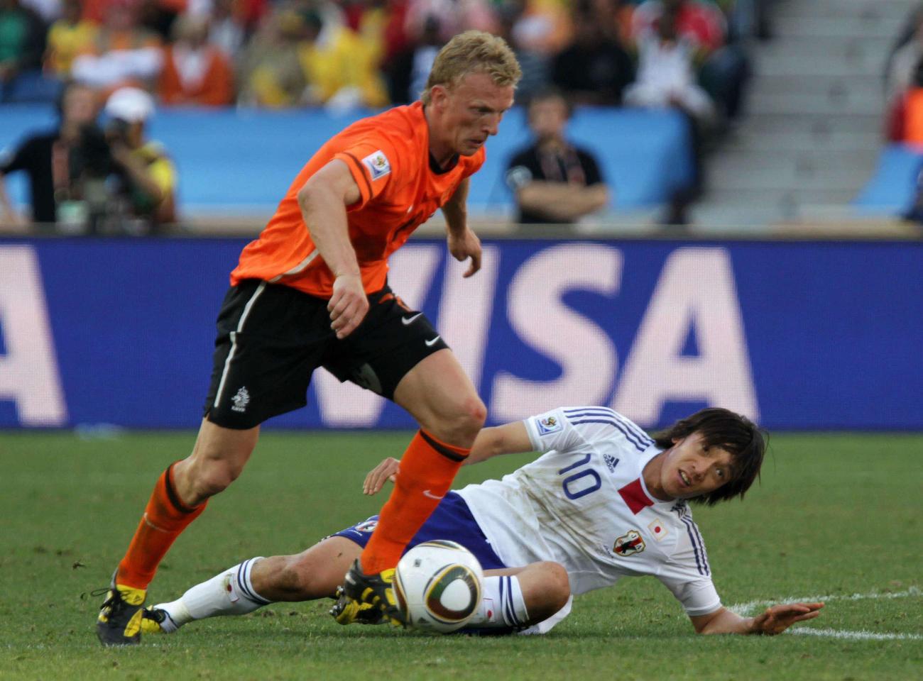 日本対オランダ 後半、FWディルク・カイト(左)にボールを奪われるMF中村俊輔=2010年6月19日