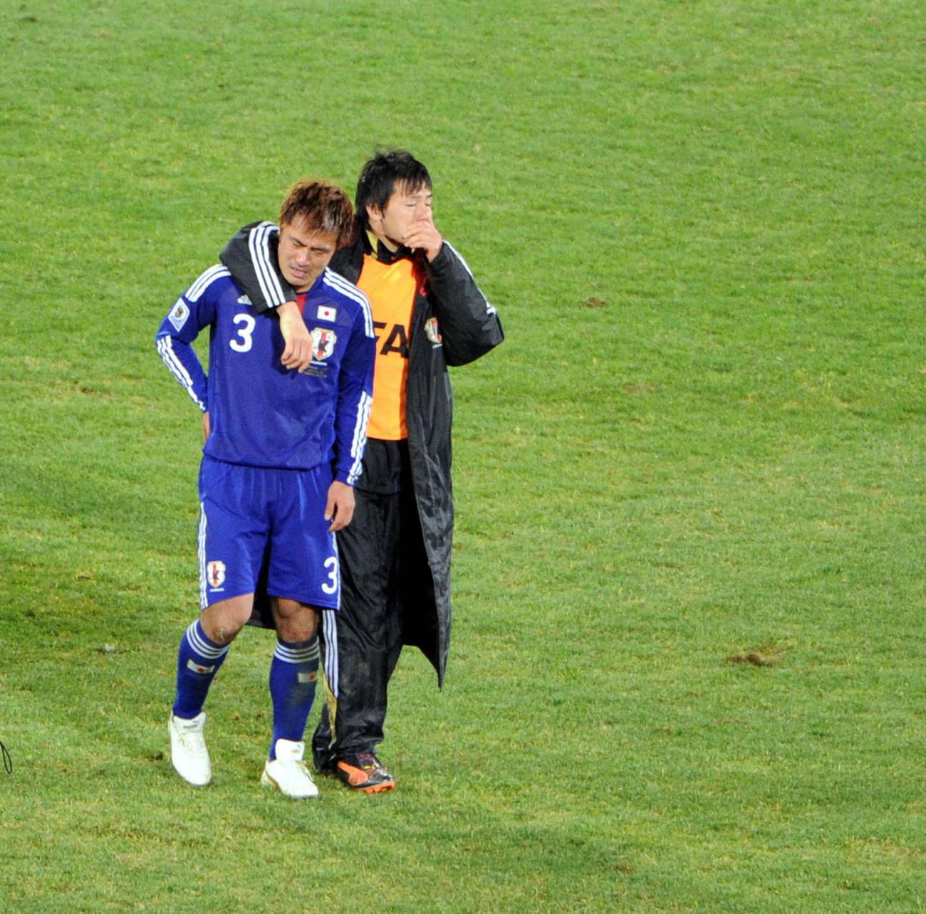 日本対パラグアイ PK戦で敗れ、涙を流すDF駒野友一(左)とMF松井大輔 2010年6月29日