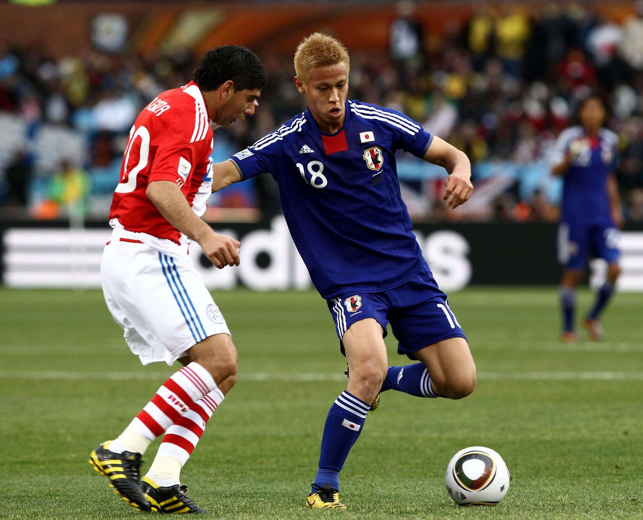 日本対パラグアイ 前半、パラグアイに切り込むFW本田圭佑=2010年6月29日