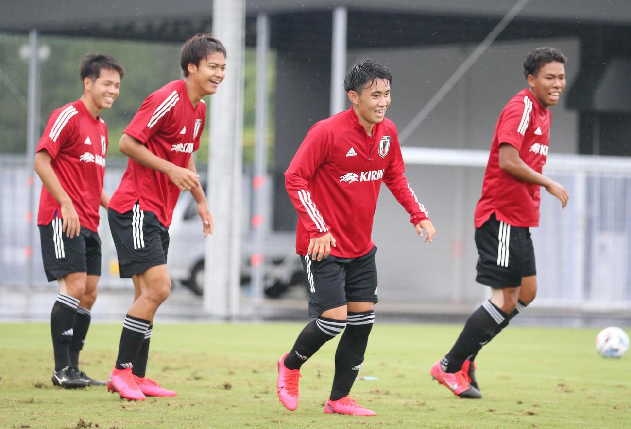 練習中、笑顔を見せるMF荒木(中央右)、小田(同左)ら選手たち(撮影・垰建太)