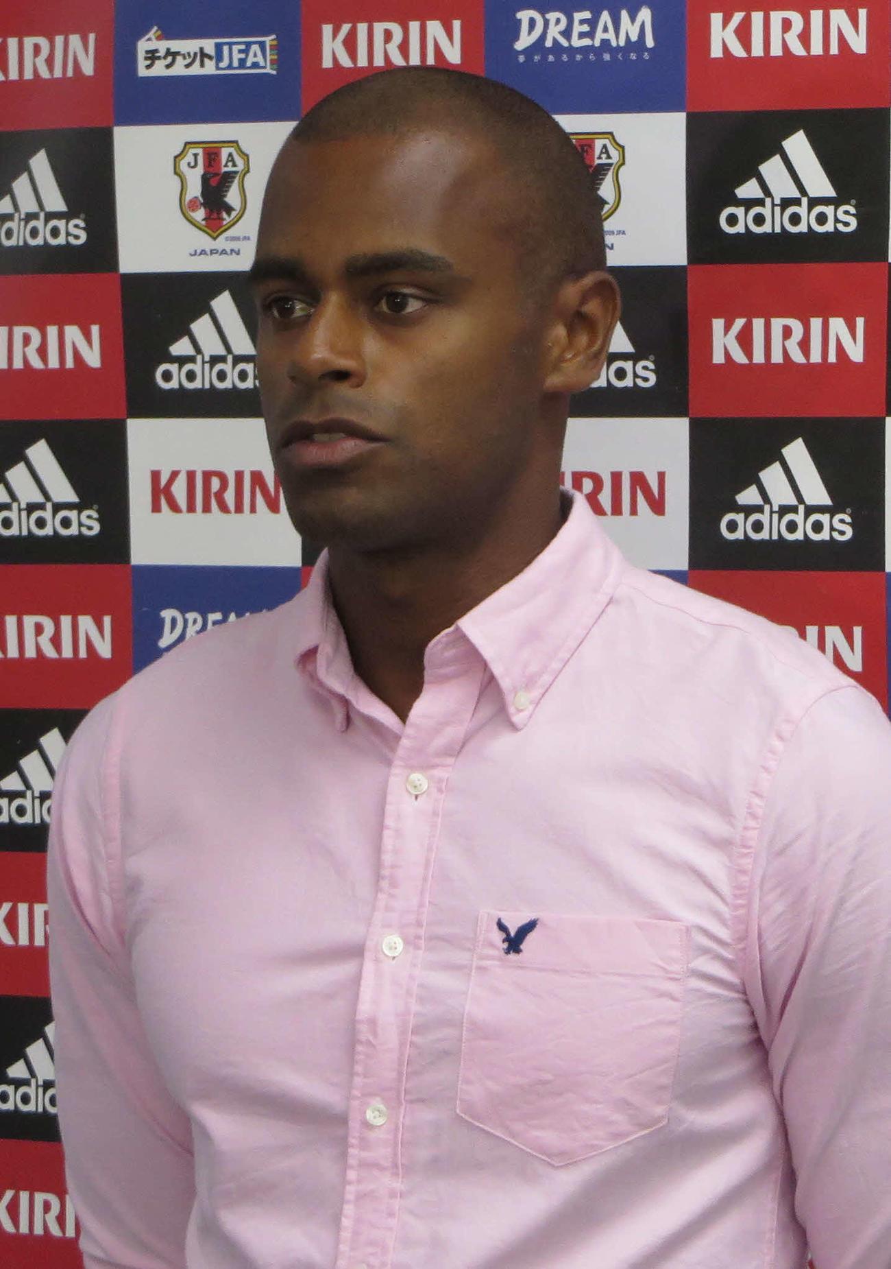 15年6月、ビーチサッカーW杯日本代表に選出され取材に応じる茂怜羅オズ氏