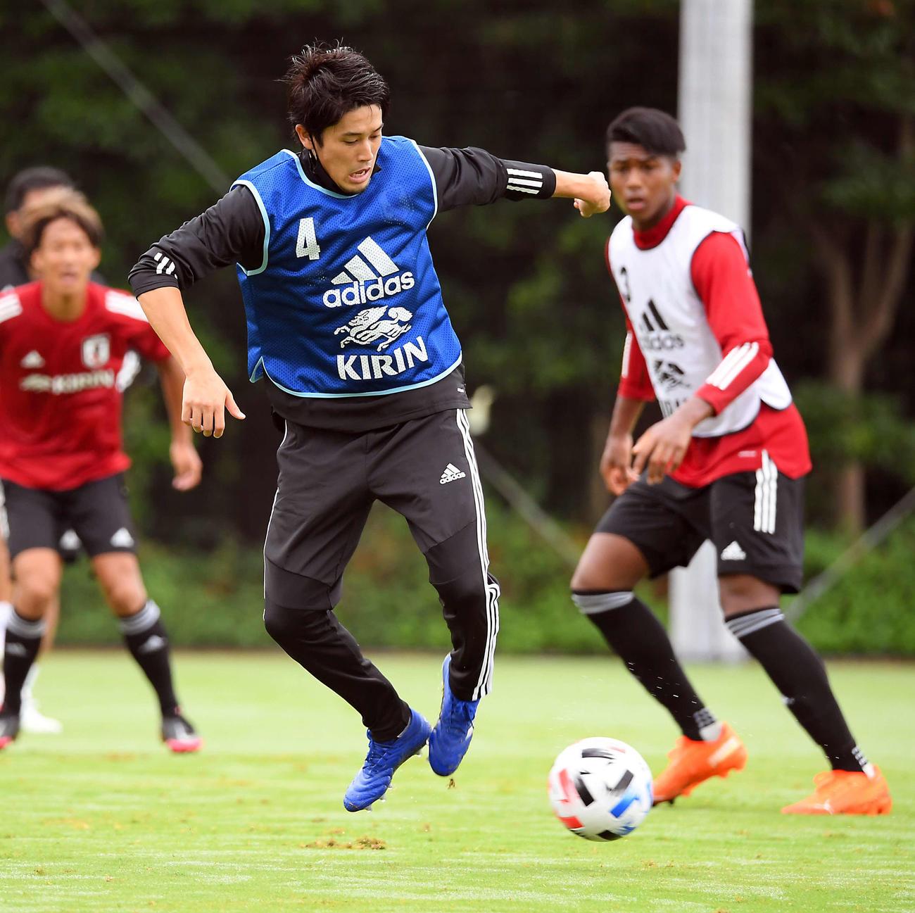 ロールモデルコーチとしてU-19日本代表の合宿に参加した内田氏は、ミニゲームで軽快な動きを見せる(撮影・たえ見朱実)