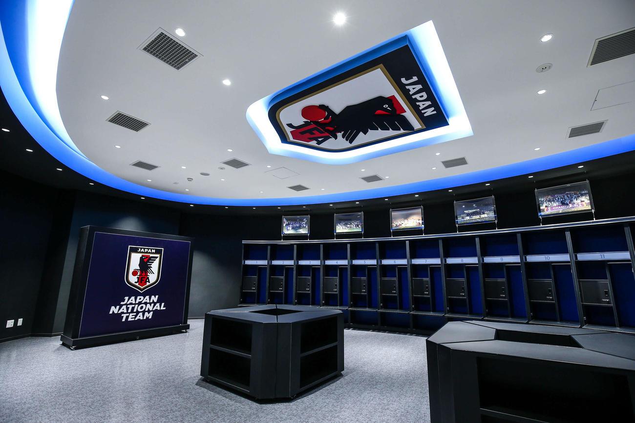 日本代表が使用するロッカー室。日本代表カラーのブルーが映える。ロッカーの上部には過去の日本代表の写真が飾られている(C)JFA