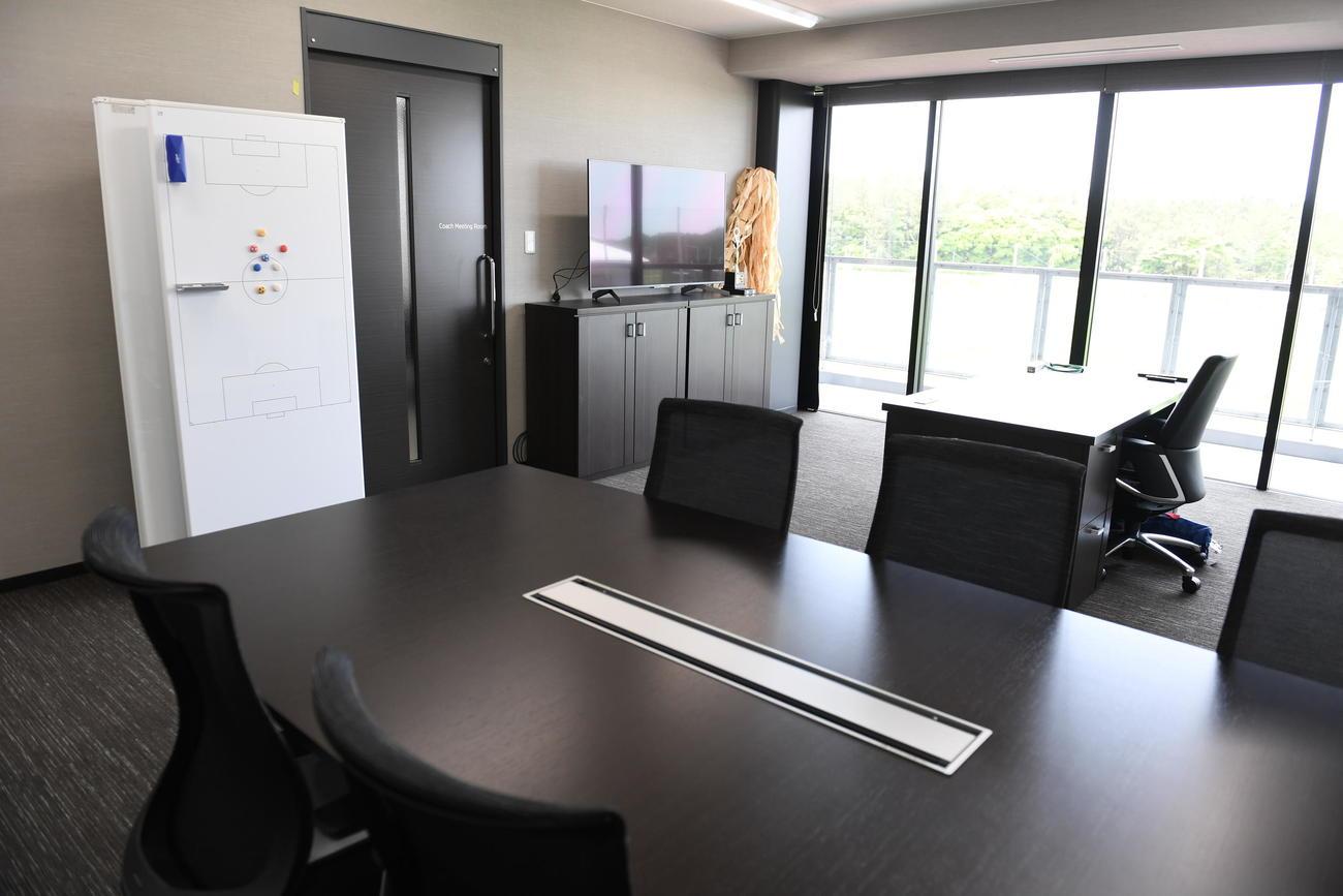 クラブハウス2階にある監督室。森保監督が使用し、ガラス張りの窓を開けて屋外に出て、天然芝ピッチでの練習の様子などをチェックすることも。隣のスタッフルームとはドア1枚で行き来できるようになっている(C)JFA