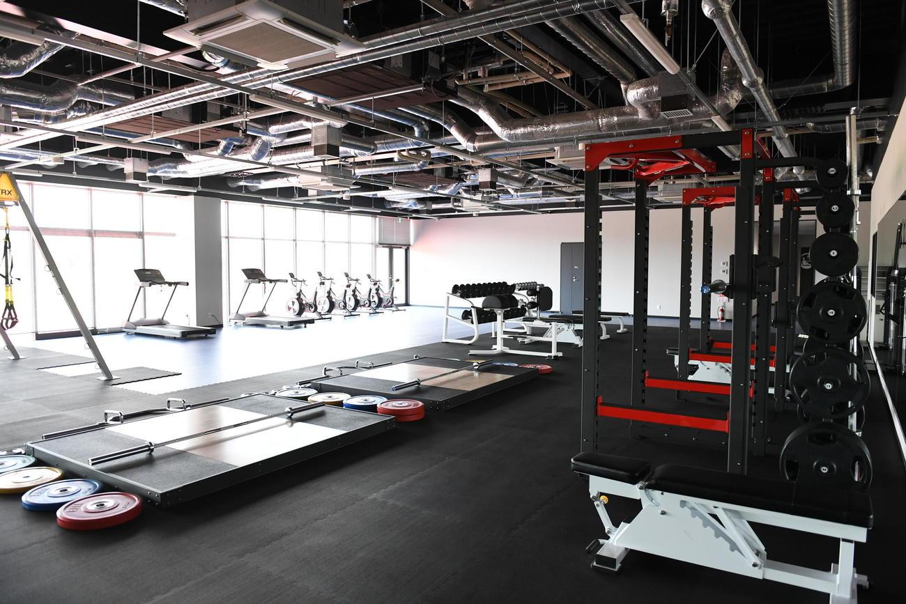 さまざまな器具を完備したトレーニングルーム。ガラス張りの壁の向こうには天然芝ピッチが広がっており、ピッチの様子を見ながらトレーニングも可能(C)JFA