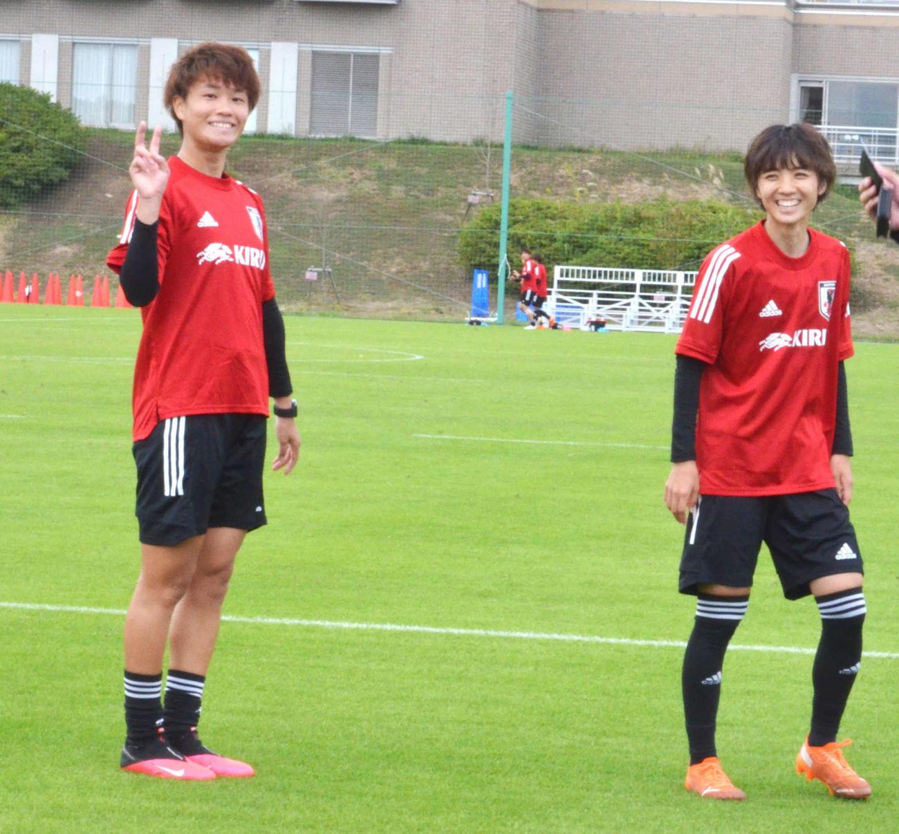 合宿最終日の練習後に、報道陣に向けてポーズをとるDF南(左)とMF北村 (撮影・松尾幸之介)