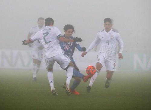 日本対メキシコ 後半、ピッチに霧がかかる中、プレーする南野(中央)(撮影・PNP)