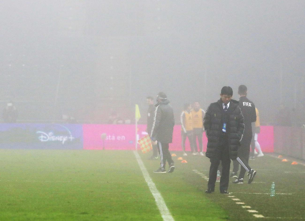 日本対メキシコ 後半、ピッチに霧がかかる中、うつむく森保監督(撮影・PNP)