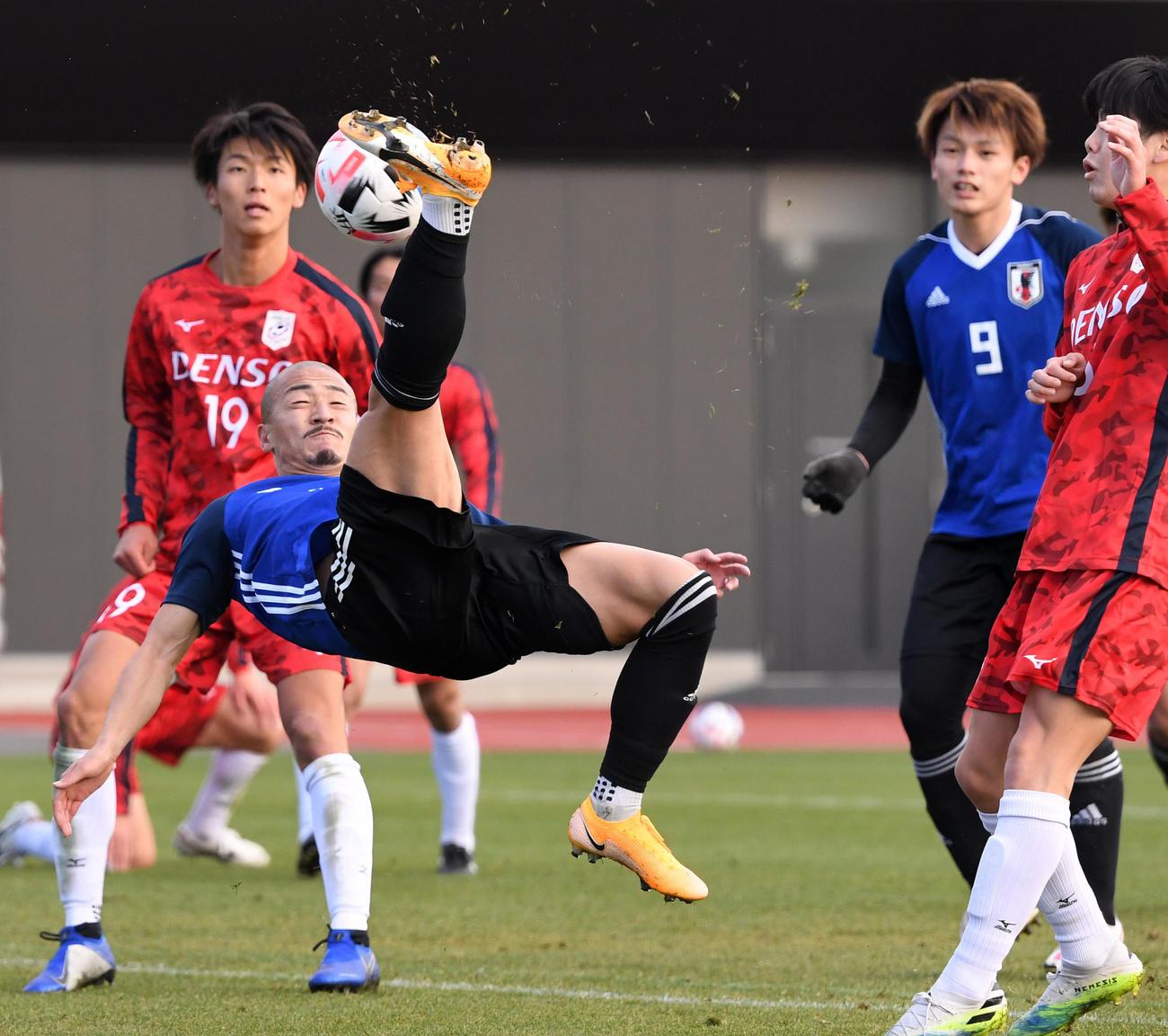 U-23日本代表候補対関東大学選抜 バイシクルシュートを放つ前田(左)。右は上田(撮影・横山健太)
