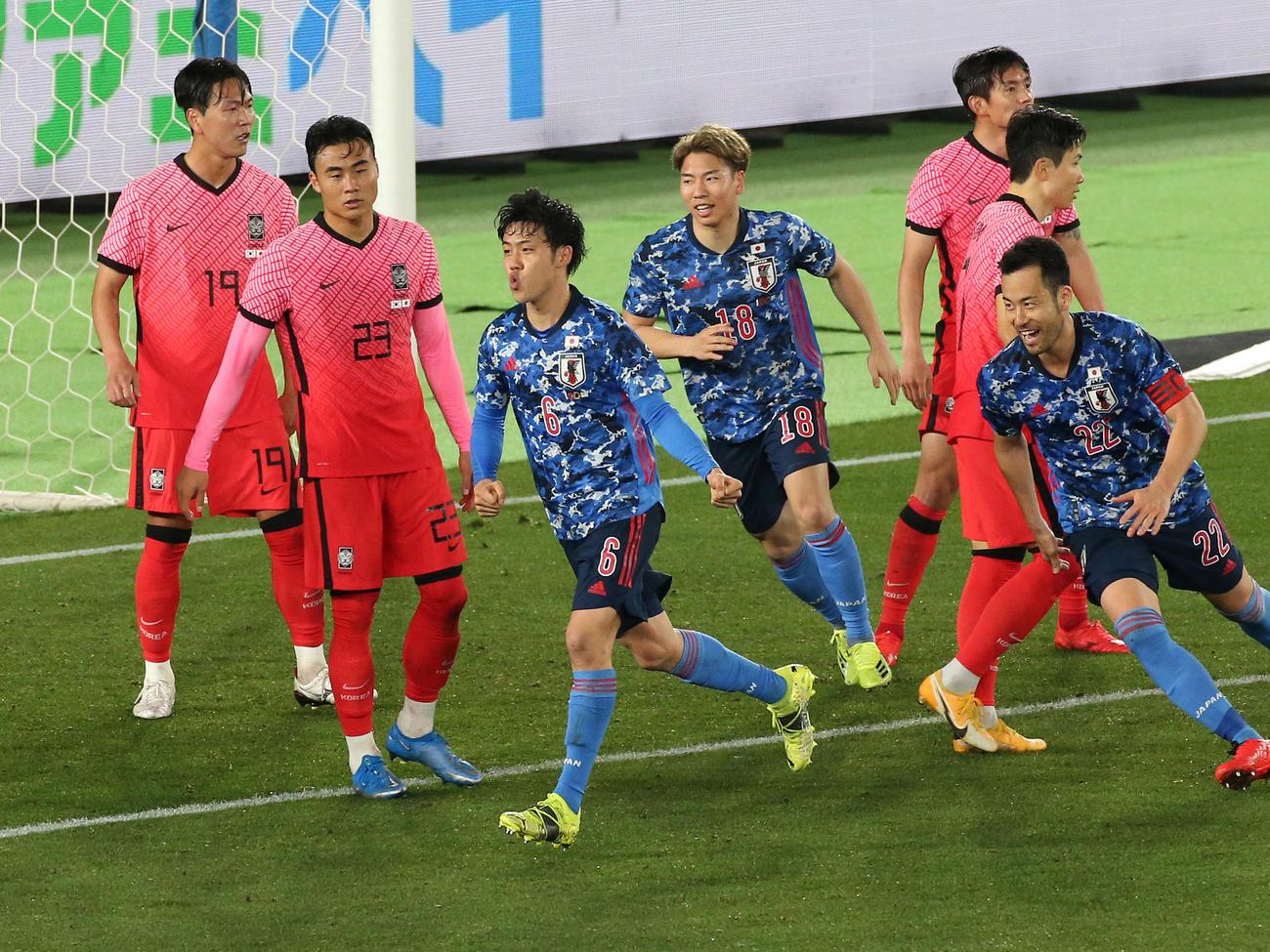 日本対韓国 後半、ゴールを決めた遠藤(中央左)は肩を落とす韓国イレブンの横で喜ぶ(代表撮影)