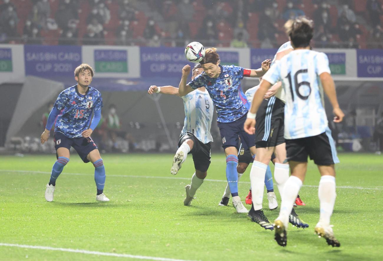 日本対アルゼンチン 後半、チーム3点目となるゴールをヘディングで決める板倉(撮影・清水貴仁)