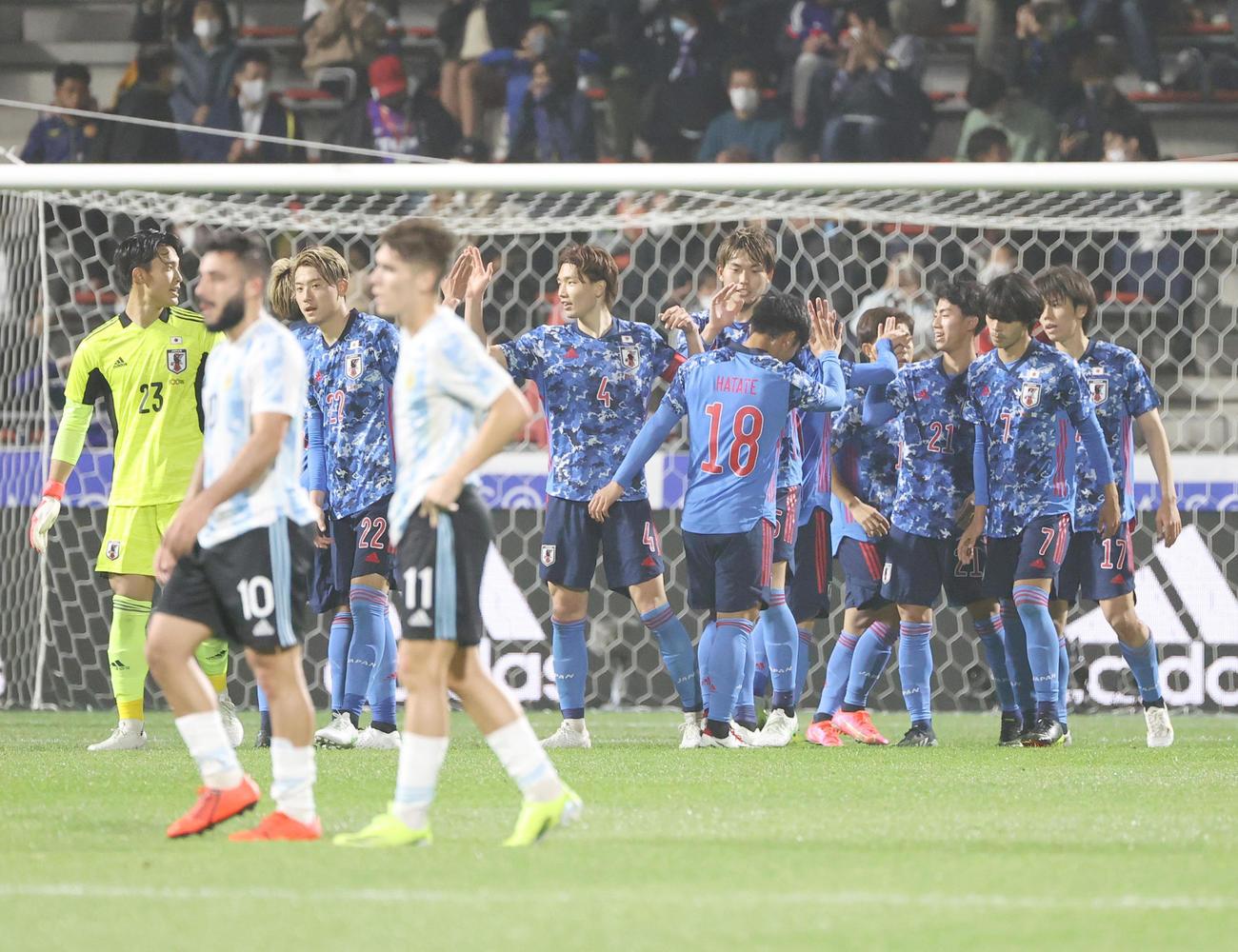 日本対アルゼンチン アルゼンチンに快勝し、喜ぶ日本イレブン(撮影・清水貴仁)