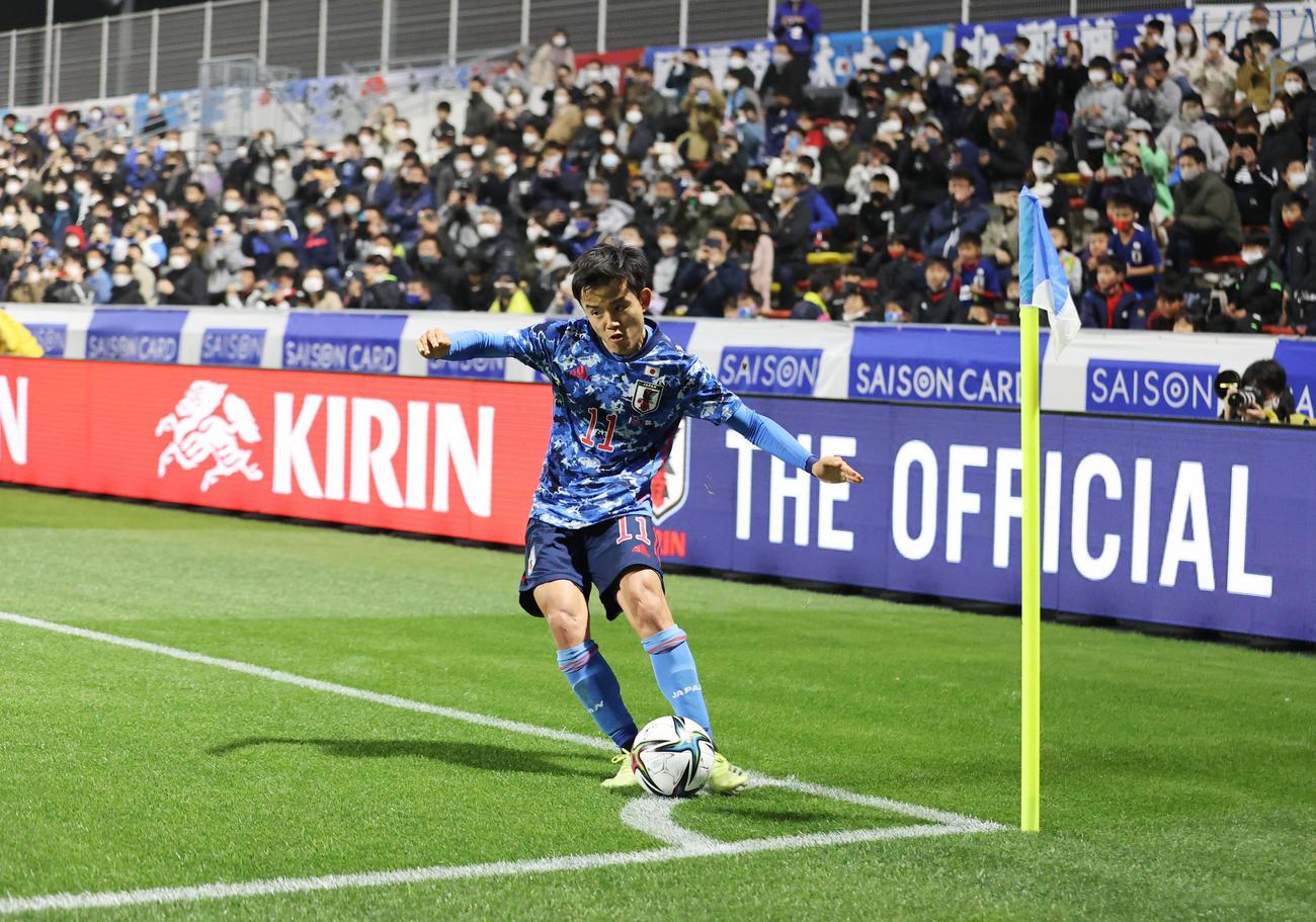 日本対アルゼンチン 後半、2点目のアシストとなるCKを蹴る久保(撮影・清水貴仁)