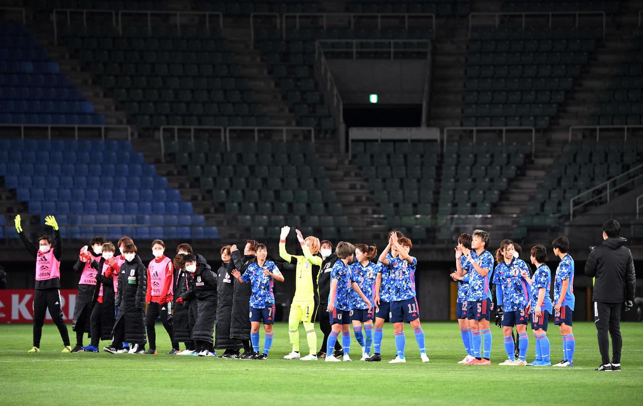 日本対パラグアイ 試合を終えスタンドにあいさつするなでしこジャパンの選手たち(撮影・横山健太)