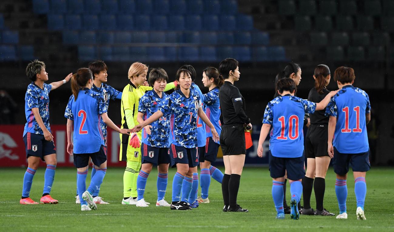 日本対パラグアイ パラグアイに勝利しタッチを交わすなでしこジャパン(撮影・横山健太)
